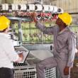 Текстильная фабрика менеджер и работника, проверка пряжи на ткущая машина. — Стоковое фото