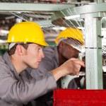 dwie tekstylne tkactwo maszyna mechanika naprawy Krosno — Zdjęcie stockowe