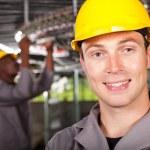 retrato de closeup trabalhador industrial na fábrica — Foto Stock