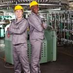retrato de corpo inteiro dois trabalhadores industriais na fábrica — Foto Stock