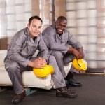 dwóch pracowników fabryki włókiennicze relaks podczas przerwy — Zdjęcie stockowe