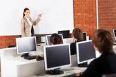 Insegnante di scuola superiore di insegnamento in aula — Foto Stock