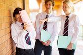 Chica de secundaria siendo intimidada por compañeros — Foto de Stock