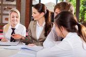 Nauczyciel interakcji z uczniami w klasie — Zdjęcie stockowe
