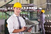 Modern textil fabrikschef använder tablet pc: n — Stockfoto