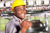 幸せなアフリカ系アメリカ人の織物の労働者親指アップ工場で — ストック写真