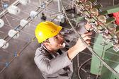 Técnico de empresa têxtil reparação máquina de tecelagem — Foto Stock