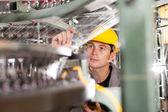 Kontrolera jakości fabryki włókiennicze sprawdzanie przędzy — Zdjęcie stockowe