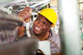 Controlador de qualidade industrial têxtil americano africano no trabalho — Foto Stock