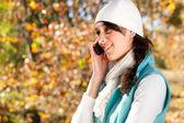 Bella donna con cellulare nella foresta d'autunno — Foto Stock