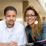 dos estudiantes afro americanos estudiando juntos — Foto de Stock