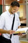 šťastný muž afroamerické vysokoškolský student čtení knih — Stock fotografie