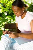 Açık havada kadın afrikalı-amerikalı öğrenci — Stok fotoğraf