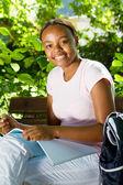 快乐的女性非洲裔美国学生户外学习 — 图库照片