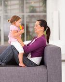 Madre felice giocando con la figlia a casa — Foto Stock