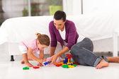 Felice madre e figlia, giocando con il giocattolo sul pavimento della camera da letto — Foto Stock