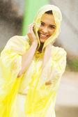 Abito donna abbastanza in impermeabile divertirsi sotto la pioggia — Foto Stock