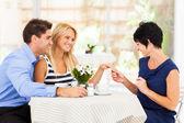 快乐的年轻女人与未婚夫给她妈妈看她的订婚戒指 — 图库照片