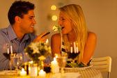 νεαρό ζευγάρι που έχοντας ρομαντικό δείπνο μαζί σε ένα εστιατόριο — Φωτογραφία Αρχείου