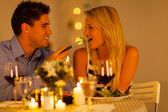 Mladý pár spolu s romantickou večeři v restauraci — Stock fotografie