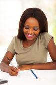 Glada afrikanska famale collegestudent som studerar — Stockfoto