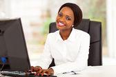 在计算机上工作的年轻非洲裔美国女商人 — 图库照片