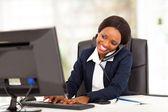 Hermosa joven empresaria afroamericana trabajando en oficina — Foto de Stock