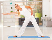 Healthy mature woman doing exercise at home — Stock Photo