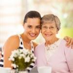 かなり若い女性とコーヒーを一緒に持っている祖母 — ストック写真