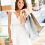 モールに買い物袋を運ぶ魅力的な若い女性 — ストック写真
