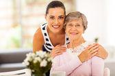 Krásná žena a starší matka doma — Stock fotografie
