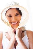 Jovem bonita com closeup de chapéu de verão — Fotografia Stock