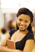 かわいい女性のアフリカ系アメリカ人の大学学生のクローズ アップ — ストック写真