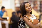 Piękne kobiece african american university student portret — Zdjęcie stockowe