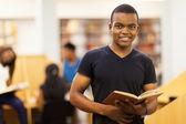 Mężczyzna african american studentka w bibliotece — Zdjęcie stockowe