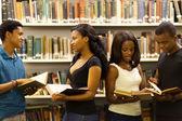 Grupo de estudantes afro-americanos na biblioteca — Foto Stock