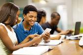 Allievi di università africane felice utilizzando computer tablet insieme — Foto Stock
