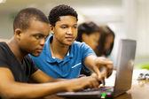 αφρικανική φοιτητές, χρησιμοποιώντας φορητό υπολογιστή μαζί — Φωτογραφία Αρχείου