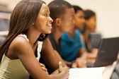 群的非洲裔美国大学学生在演讲厅 — 图库照片