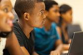 Skupina afrických amerických vysokoškoláků v posluchárna — Stock fotografie