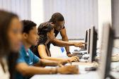 コンピュータ ルームのアフリカ系アメリカ人大学生 — ストック写真