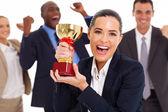 Opgewonden zakelijke team winnen een trofee — Stockfoto