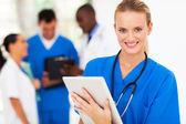 довольно медсестра с планшетного компьютера в больнице — Стоковое фото