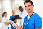 Beau chirurgien médical avec l'ordinateur tablette à l'hôpital — Photo