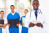 Equipe e médico americano africano bonito — Foto Stock