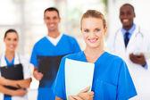 Vrij medisch verpleegkundige en collega's in het ziekenhuis — Stockfoto