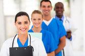 Skupina zaměstnanců ve zdravotnictví linie nahoru — Stock fotografie