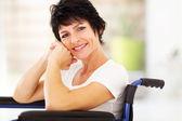 Midden leeftijd vrouw zittend op rolstoel — Stockfoto