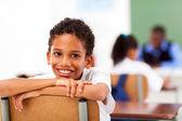 élève du primaire masculins en salle de classe avec une camarade de classe et des enseignants — Photo