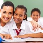 hezké základní škola pedagog a studentů ve třídě — Stock fotografie